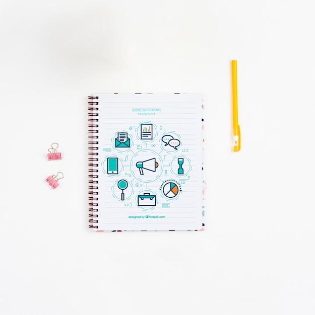 펜 및 노트북 사무실 책상 무료 PSD 파일