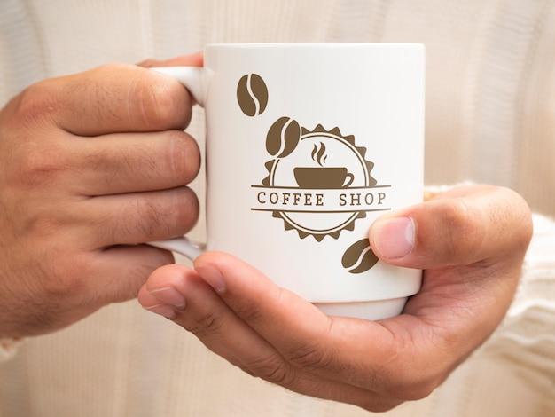 한 잔의 커피를 들고있는 사람 프리미엄 PSD 파일