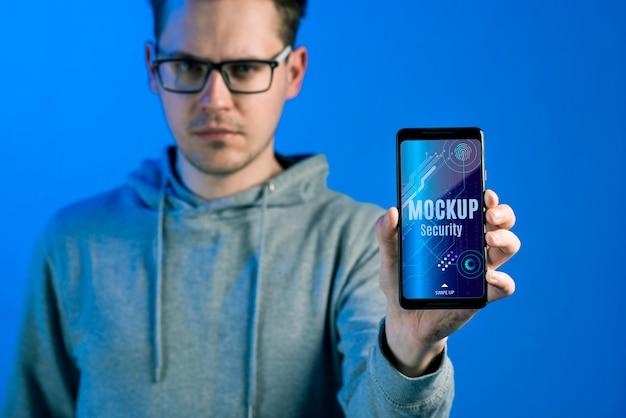 Человек, держащий макет цифровой безопасности мобильного телефона Бесплатные Psd