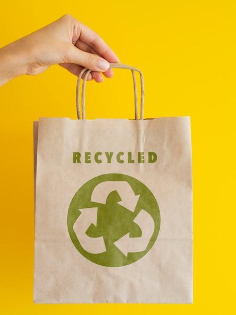 リサイクル可能な紙袋を持っている人 Premium Psd