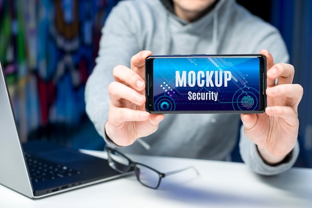 Человек, держащий макет цифровой безопасности смартфона Premium Psd