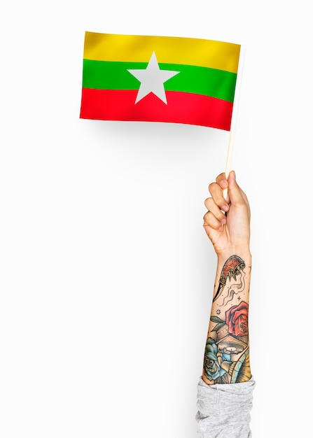 Person waving the flag of republic of the union of myanmar Premium Psd