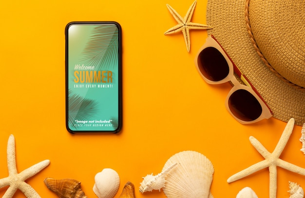 Phone mockup and beach accessories Premium Psd