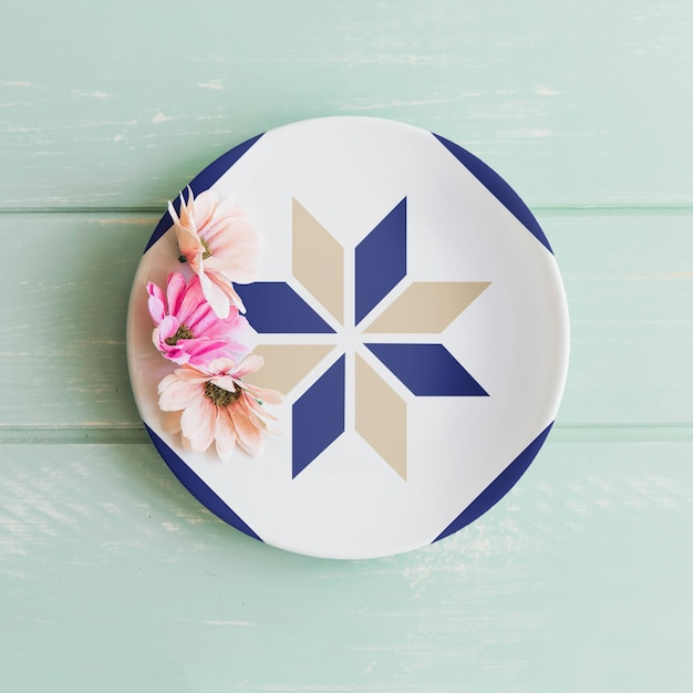 Plate mockup with flowers Free Psd