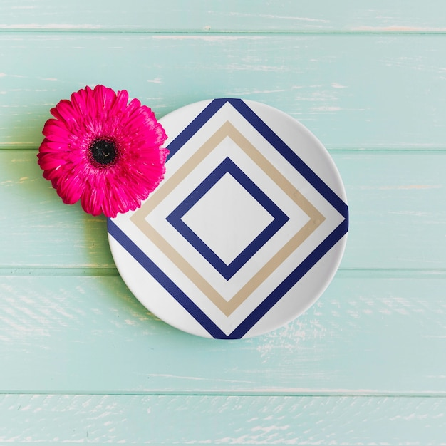 Plate mockup with pink flower Free Psd