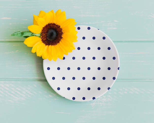 Plate mockup with sunflower Free Psd