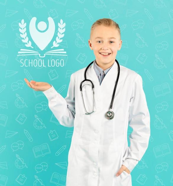 Портрет улыбающегося молодого доктора Бесплатные Psd