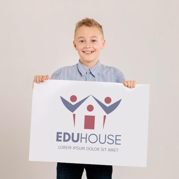 Портрет молодого мальчика с табличкой макет Бесплатные Psd