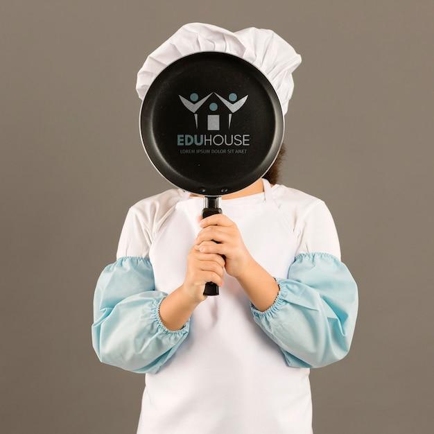 Ritratto della ragazza che posa come cuoco Psd Gratuite