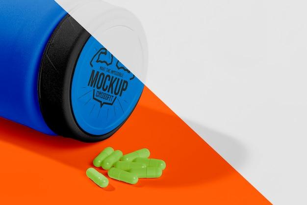 プロテインブルーのボトルと緑の錠剤のモックアップ 無料 Psd