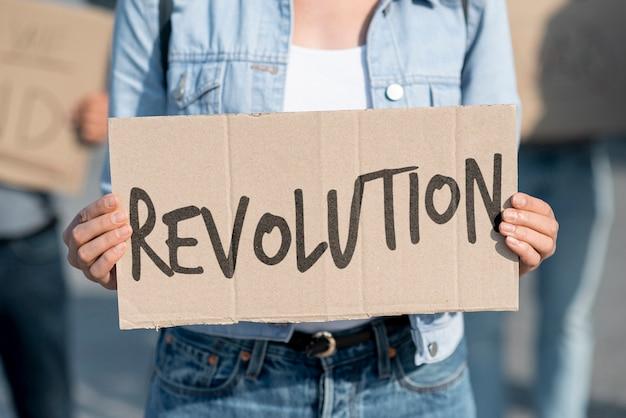 Протестующий держит доску с макетом Бесплатные Psd