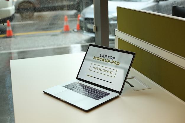 オフィスのモックアップpsdで職場のテーブルの上のノートパソコン Premium Psd