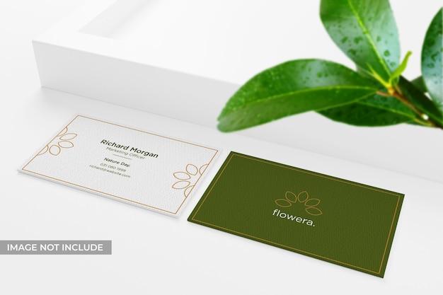 잎이있는 현실적이고 깨끗한 명함 모형 프리미엄 PSD 파일