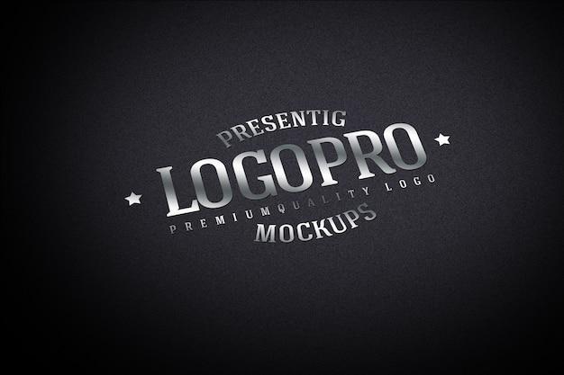 Реалистичный макет логотипа на темной стене Premium Psd