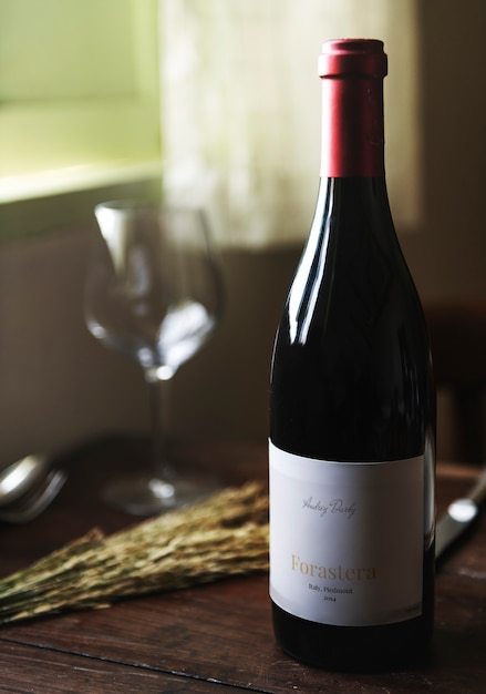 Red wine bottle on a wooden table Premium Psd