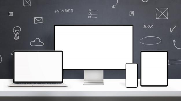 웹 디자이너 데스크 모형의 반응 형 디스플레이 장치. 컴퓨터 디스플레이, 노트북, 휴대 전화 및 태블릿에 격리 된 스크린 사무실 책상 개념. 백그라운드에서 웹 디자인 요소 도면 프리미엄 PSD 파일