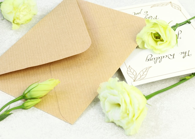 Roses and craft envelope on grey background Premium Psd