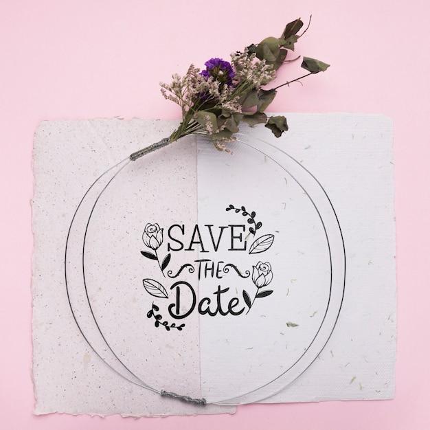 Сохраните макет даты на бумаге с высушенными цветами Бесплатные Psd