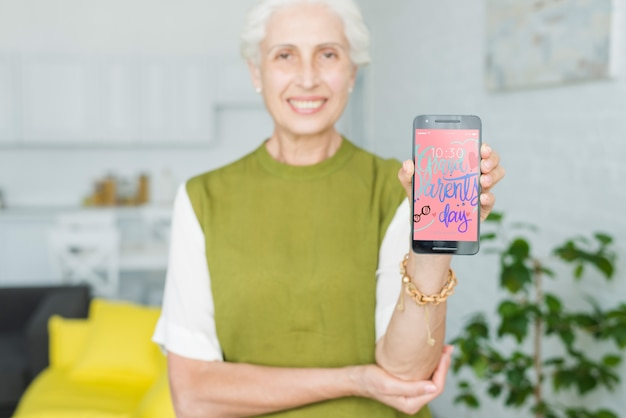 Старший женщина с смартфоном макет Бесплатные Psd
