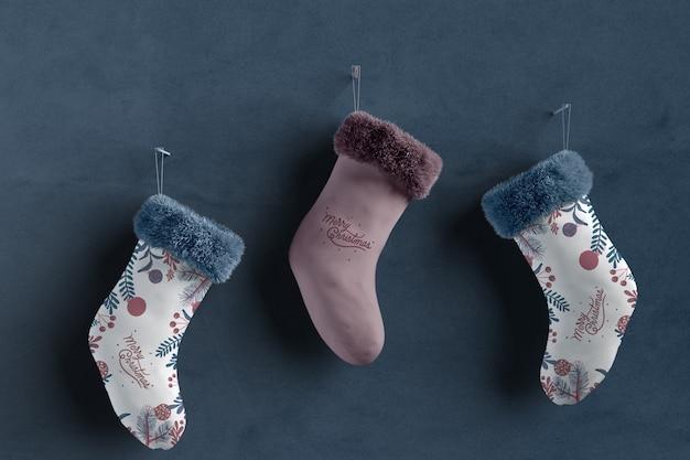 Set di calzini collezione su mock-up a parete Psd Gratuite