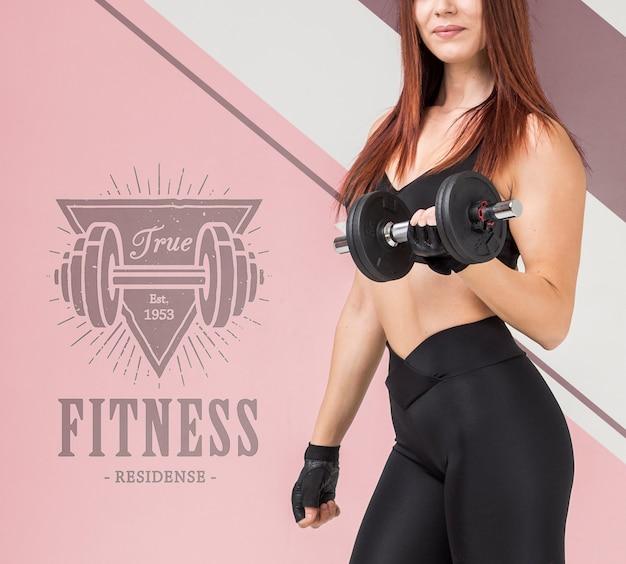 Vista laterale della donna atletica che tiene i pesi Psd Gratuite