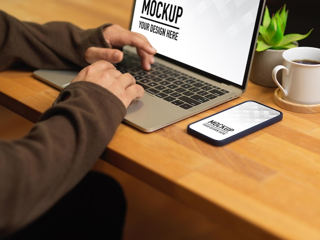 Side view of male hands typing on laptop mockup Premium Psd