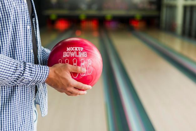Vista laterale dell'uomo che tiene palla da bowling Psd Gratuite
