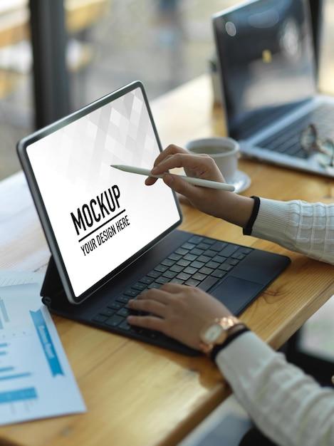デジタルタブレットのモックアップで作業する実業家の側面図 Premium Psd