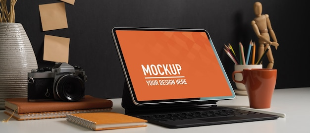 Рабочий стол домашнего офиса с макетом планшета и украшениями, вид сбоку Premium Psd