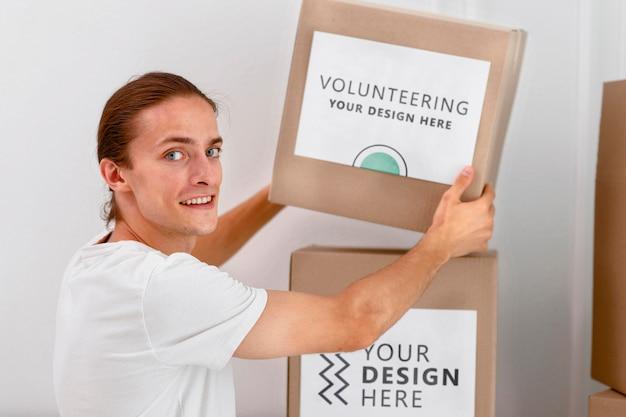 Вид сбоку на мужчин-добровольцев, обрабатывающих коробки с пожертвованиями Бесплатные Psd