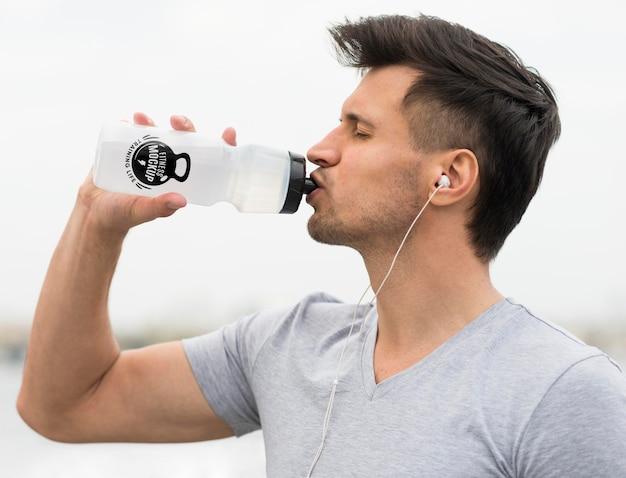 運動後の男性の飲料水の側面図 無料 Psd