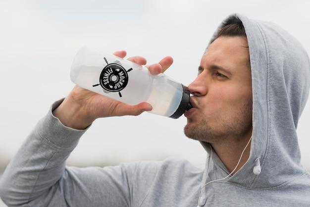 運動中に水を飲む男の側面図 無料 Psd