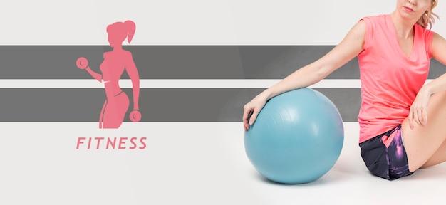 エクササイズボールを持つ女性の側面図 無料 Psd