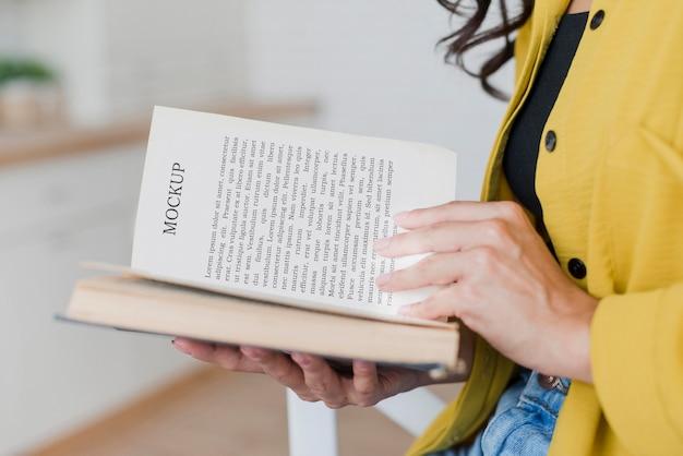 モックアップ本から読んでサイドビュー女性 無料 Psd
