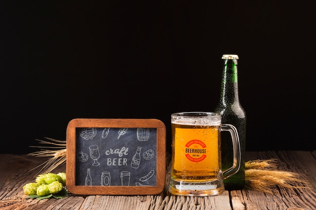 Sign with craft beer draw and beer beside Free Psd