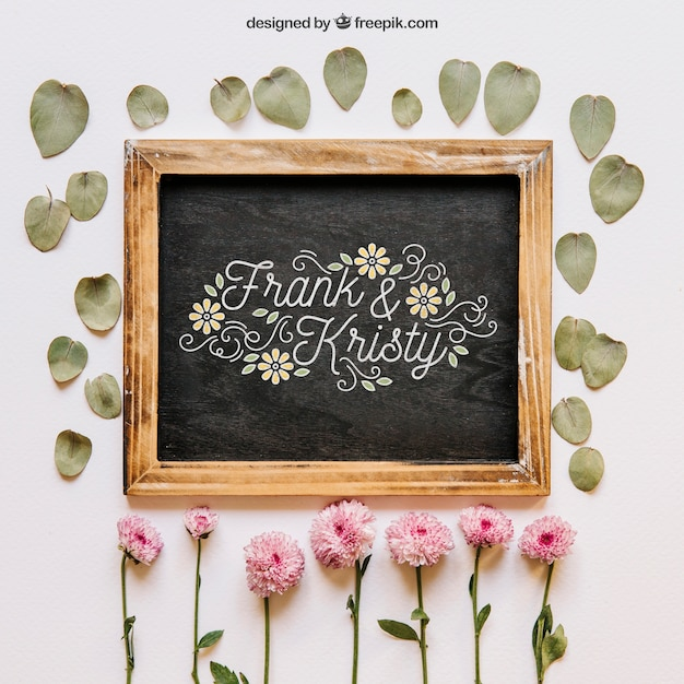 花と葉のスレートモックアップ 無料 Psd