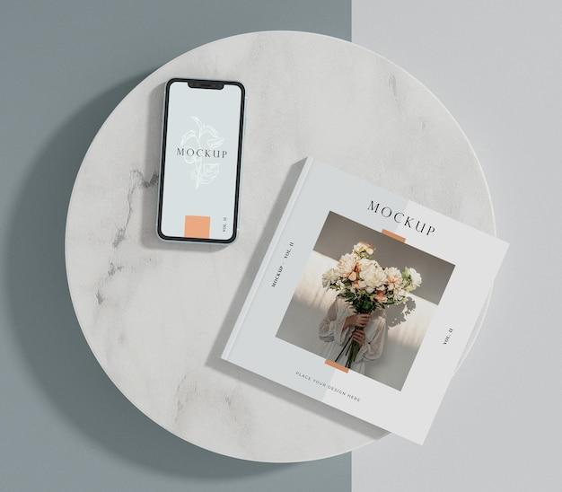 スマートフォンとスクエアブックの編集誌のモックアップ Premium Psd