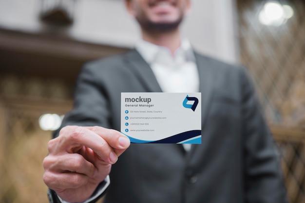 Смайлик бизнесмен, держа визитную карточку Бесплатные Psd