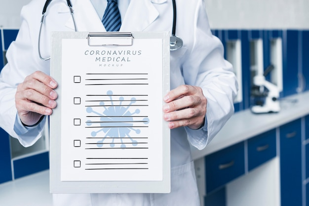 Medico di smiley che tiene un colpo medio del modello di carta medico Psd Gratuite