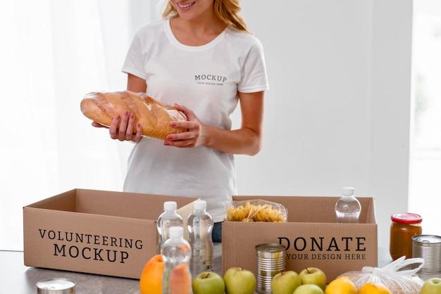 Volontario femminile di smiley che prepara il cibo nella casella per la donazione Psd Gratuite