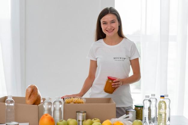 Volontario femminile di smiley che prepara il cibo per la donazione Psd Gratuite