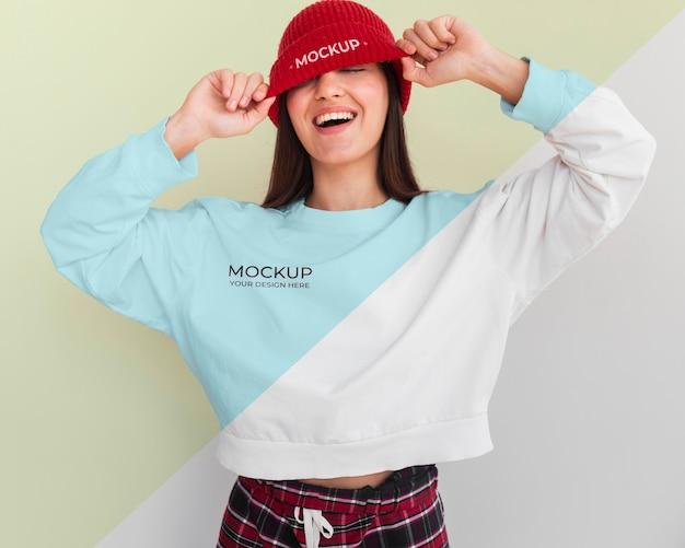 Donna sorridente che indossa una felpa con cappuccio e un mock-up di camicetta Psd Gratuite