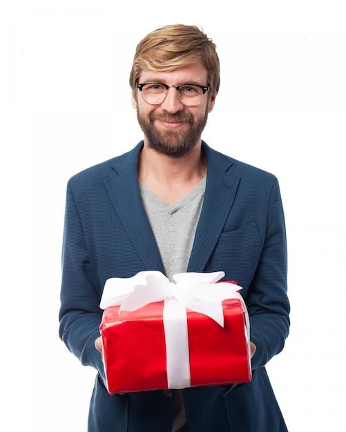 Улыбаясь исполнительной держит подарок на день рождения Бесплатные Psd