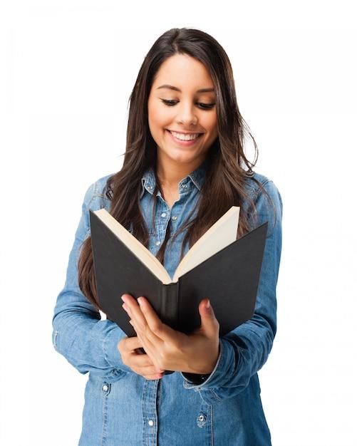 Улыбаясь подросток читает книгу Бесплатные Psd