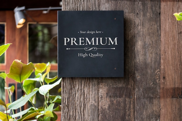 Square sign on wooden wall Premium Psd