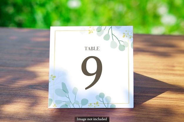 녹지에 광장 테이블 카드 흐리게 야외 모형 프리미엄 PSD 파일