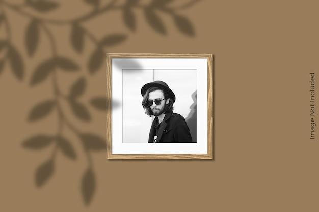그림자 오버레이 벽에 매달려 사각 나무 프레임 모형 프리미엄 PSD 파일