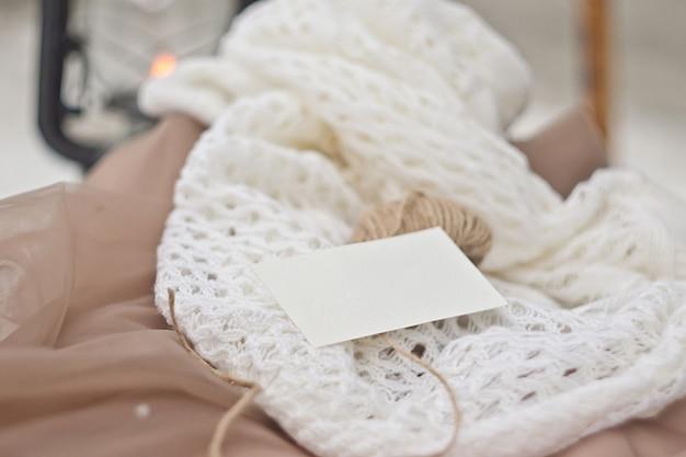 ビンテージスタイルの文房具モカップ。あなたのデザイン、招待状、挨拶、レタリングやイラストのテンプレート名刺。やさしいベージュと白の色。 psdスマートレイヤー Premium Psd