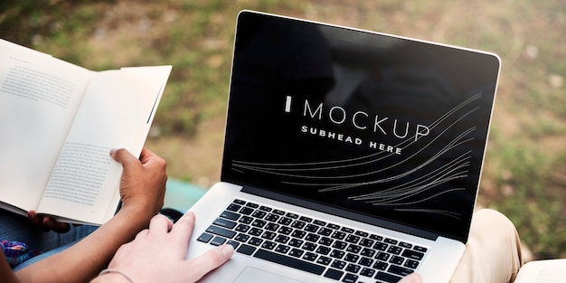 Student working on his assignment on a laptop screen mockup Premium Psd