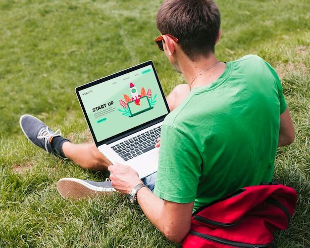 야외에서 노트북에서 일하는 학생 무료 PSD 파일